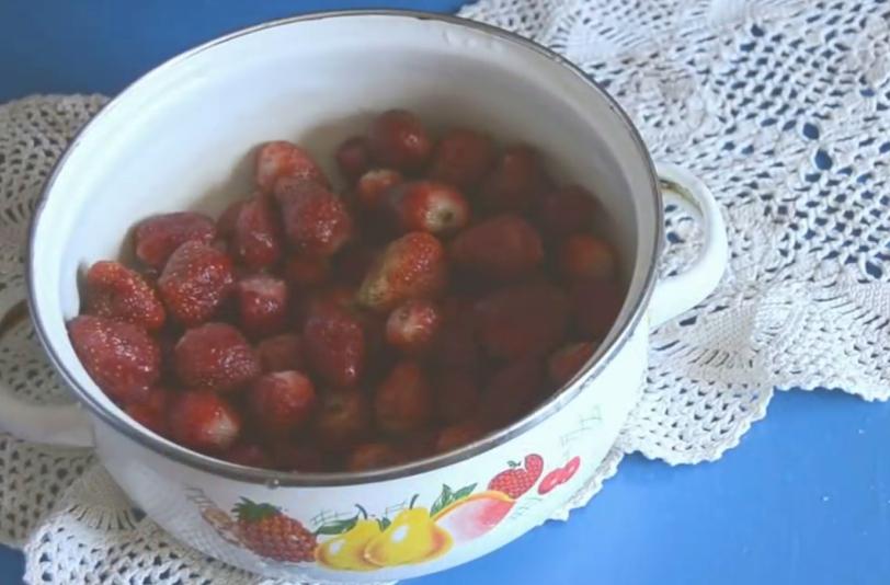 Рецепт клубничного варенья с цельными ягодами густое