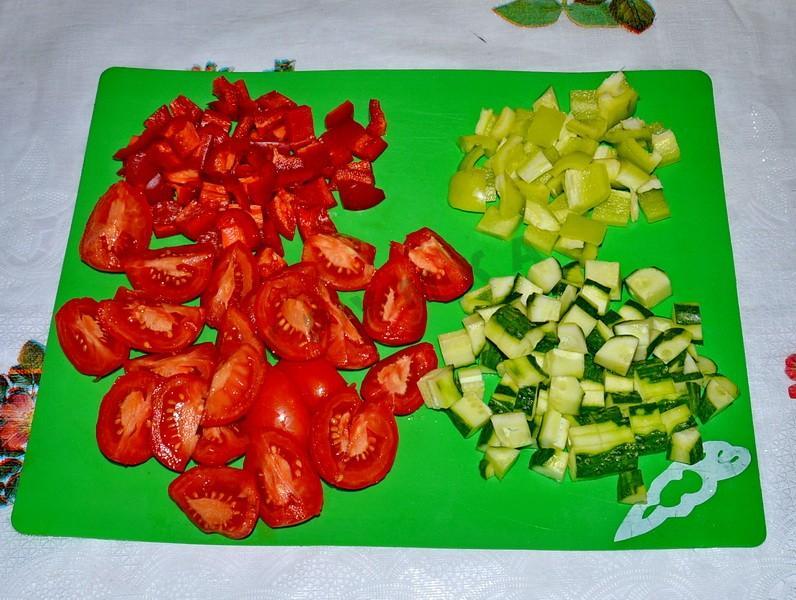 Нарезка помидоров, огурцов и перца