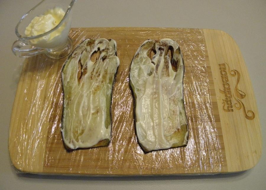 Намазываем баклажаны майонезом