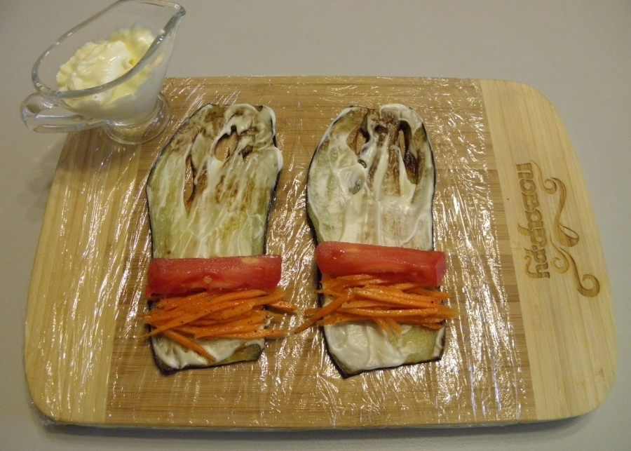 Кладем немножко морковки и помидора