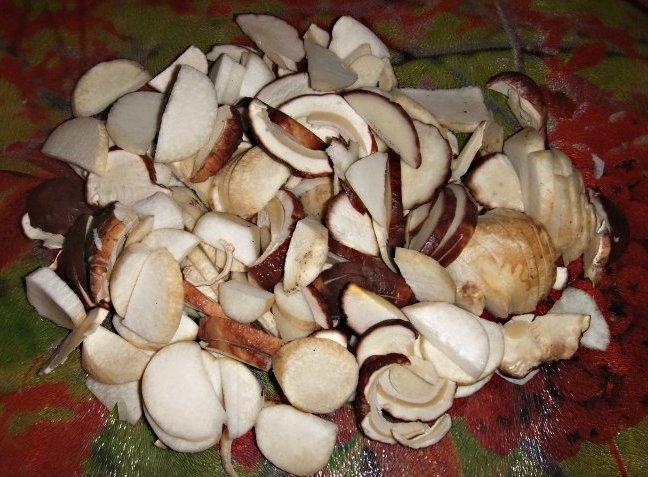 Нарезаем грибы.