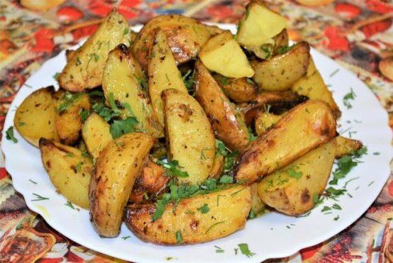 Картошка по-деревенски, запеченная в духовке – рецепты с мясом и курицей